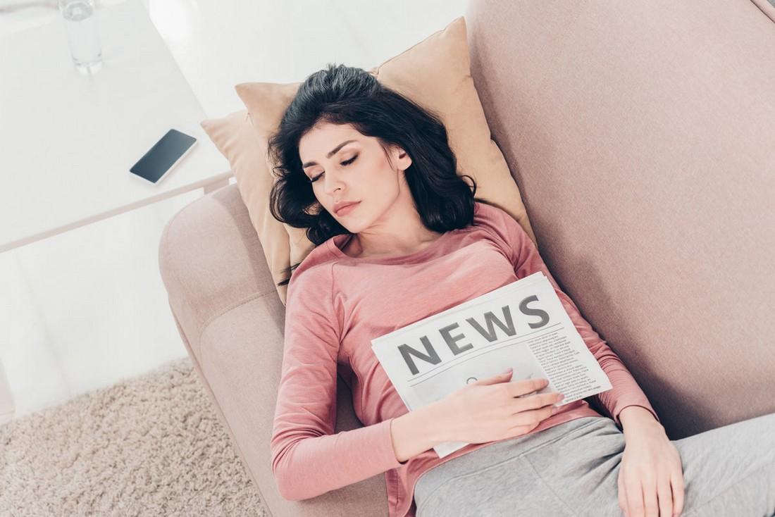 Як правильно спати на дивані, щоб не боліла спина